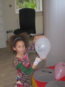 Kleines Mädchen hält einen Ballon in der Hand, auf dem Angst steht